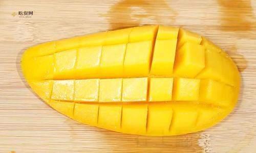 芒果怎么切成小方格,切芒果的方法图,切芒果的快速方法插图