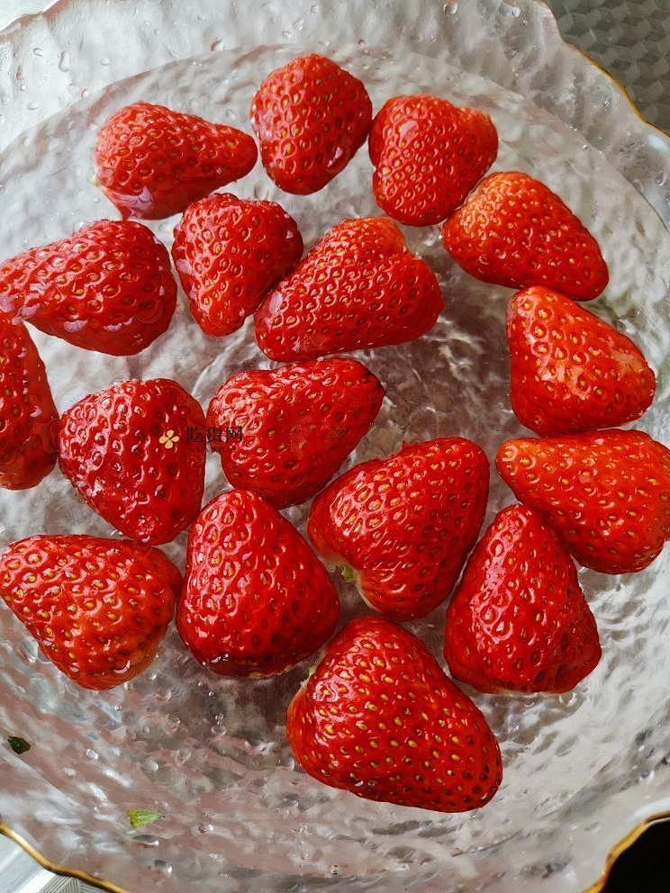 草莓布丁超简单的做法 步骤1