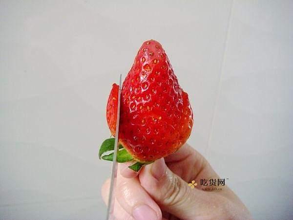 草莓玫瑰花——让草莓一分钟变玫瑰的做法 步骤1