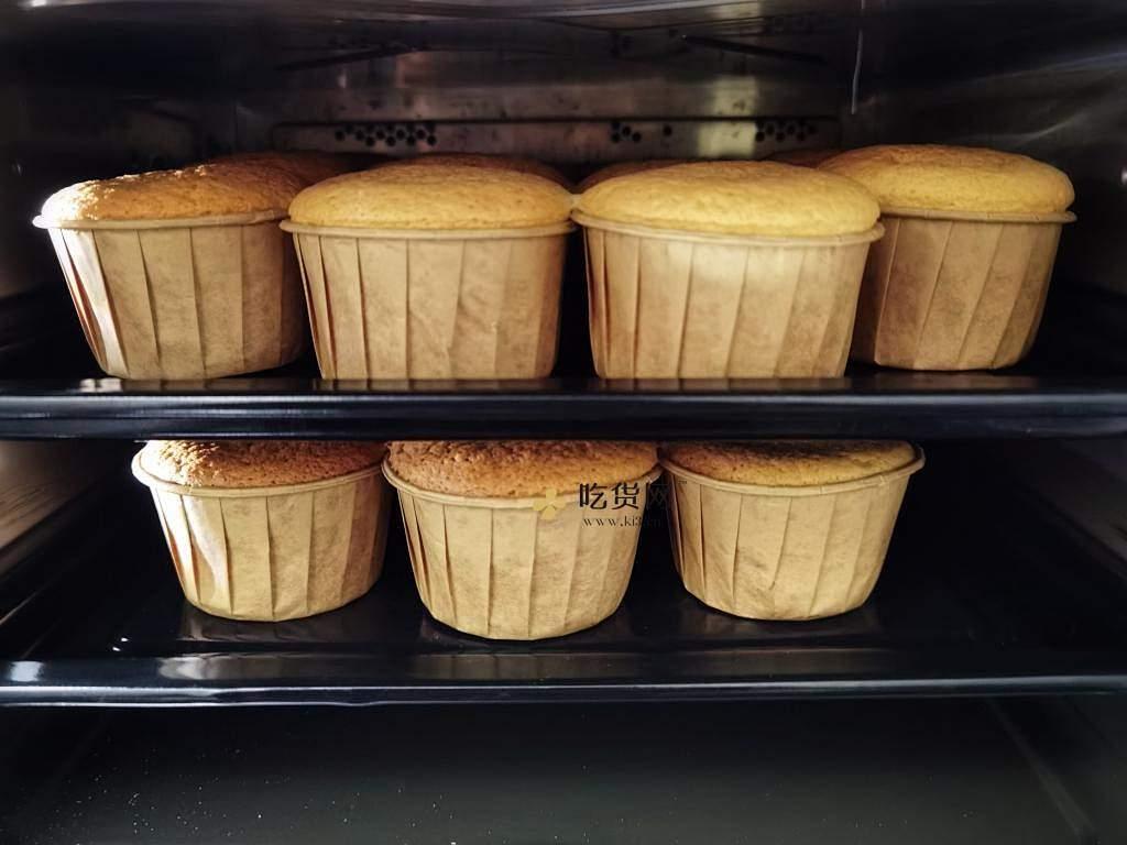 双奶草莓纸杯蛋糕的做法 步骤3
