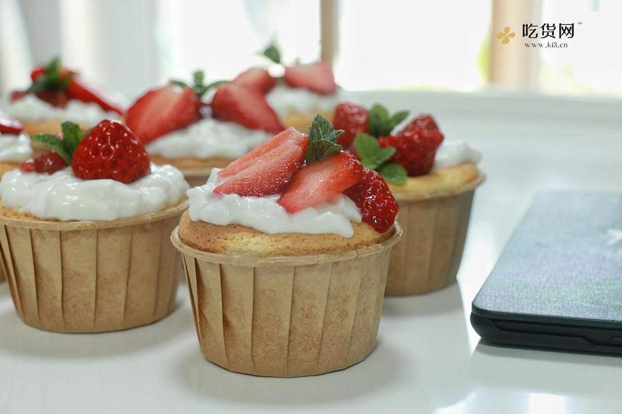 双奶草莓纸杯蛋糕的做法 步骤6