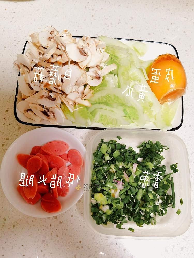 减脂餐 最爱做的一道汤 超级刷脂 超低卡 皮蛋蘑菇黄瓜汤 无油无糖 汤鲜味美 减肥餐的做法 步骤1