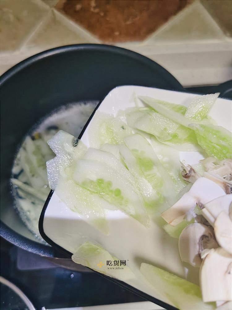 减脂餐 最爱做的一道汤 超级刷脂 超低卡 皮蛋蘑菇黄瓜汤 无油无糖 汤鲜味美 减肥餐的做法 步骤5
