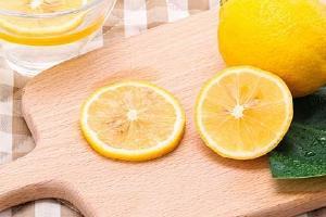 柠檬和黄菊花可泡在一起吗,柠檬和黄菊花泡在一起能够减肥吗缩略图
