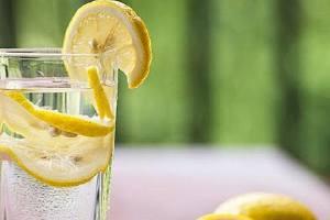 柠檬片泡水的功效和副作用,柠檬泡水喝的9大禁忌缩略图