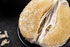 柚子里面长黄胶能吃吗,柚子里面的有金黄胶状物缩略图