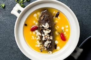 海参能够和鸡一起熬汤吗,海参炖乌鸡的作用与功效缩略图