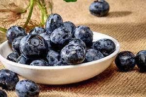 蓝莓上边白白的一层是什么东西,蓝莓的盐霜必须洗去吗缩略图