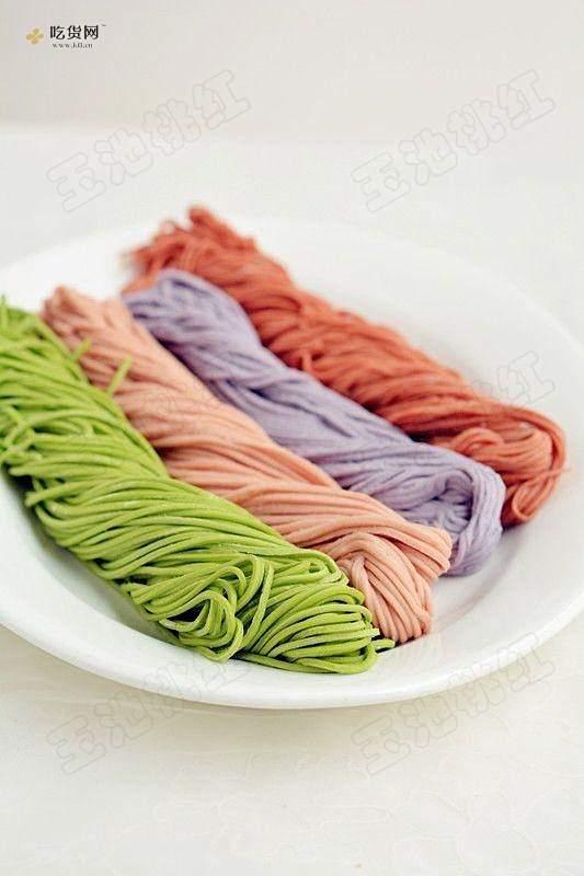 自制纯天然蔬菜汁彩色面条的做法 步骤10