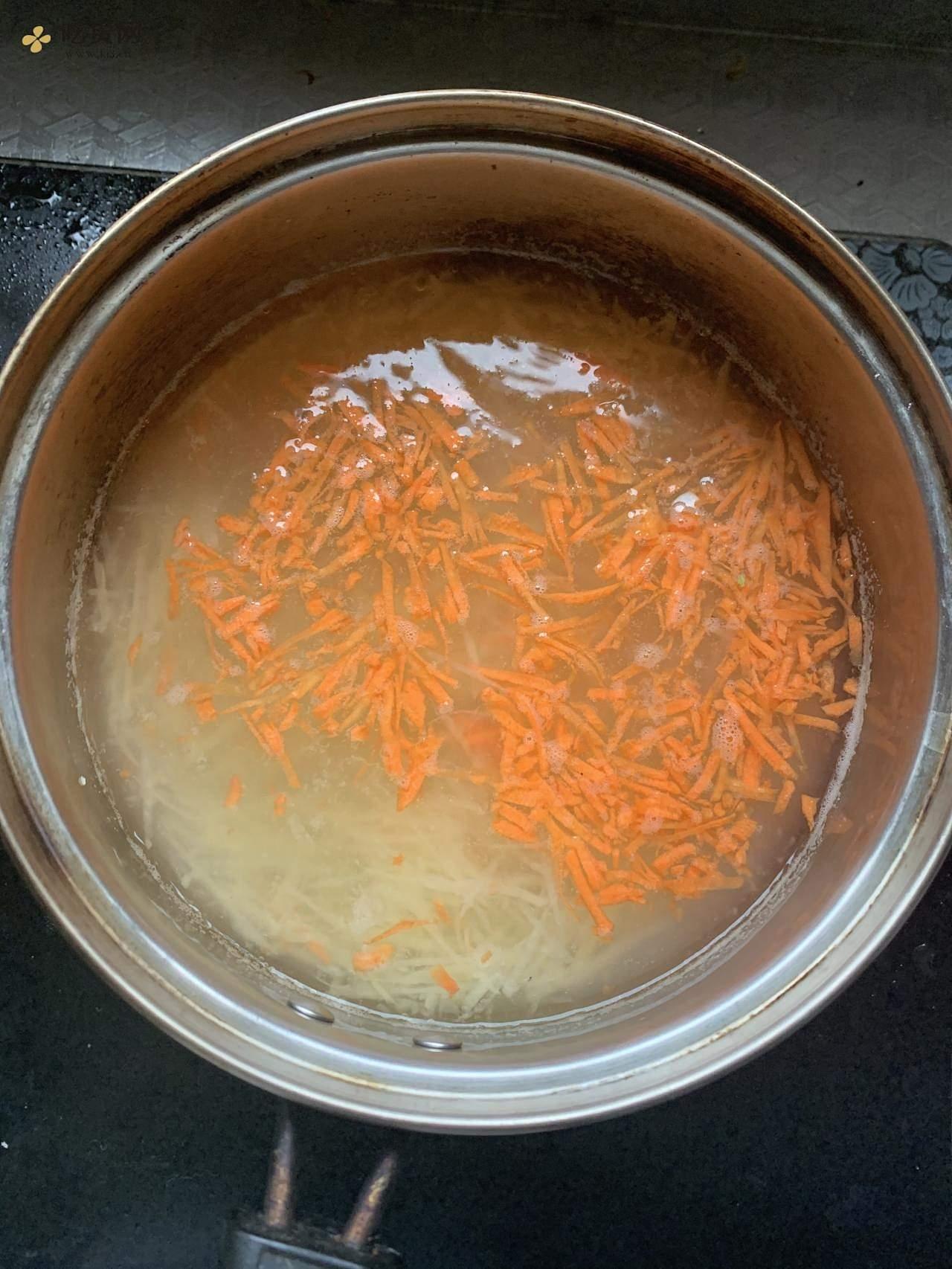 土豆丝鹌鹑蛋饼的做法 步骤3
