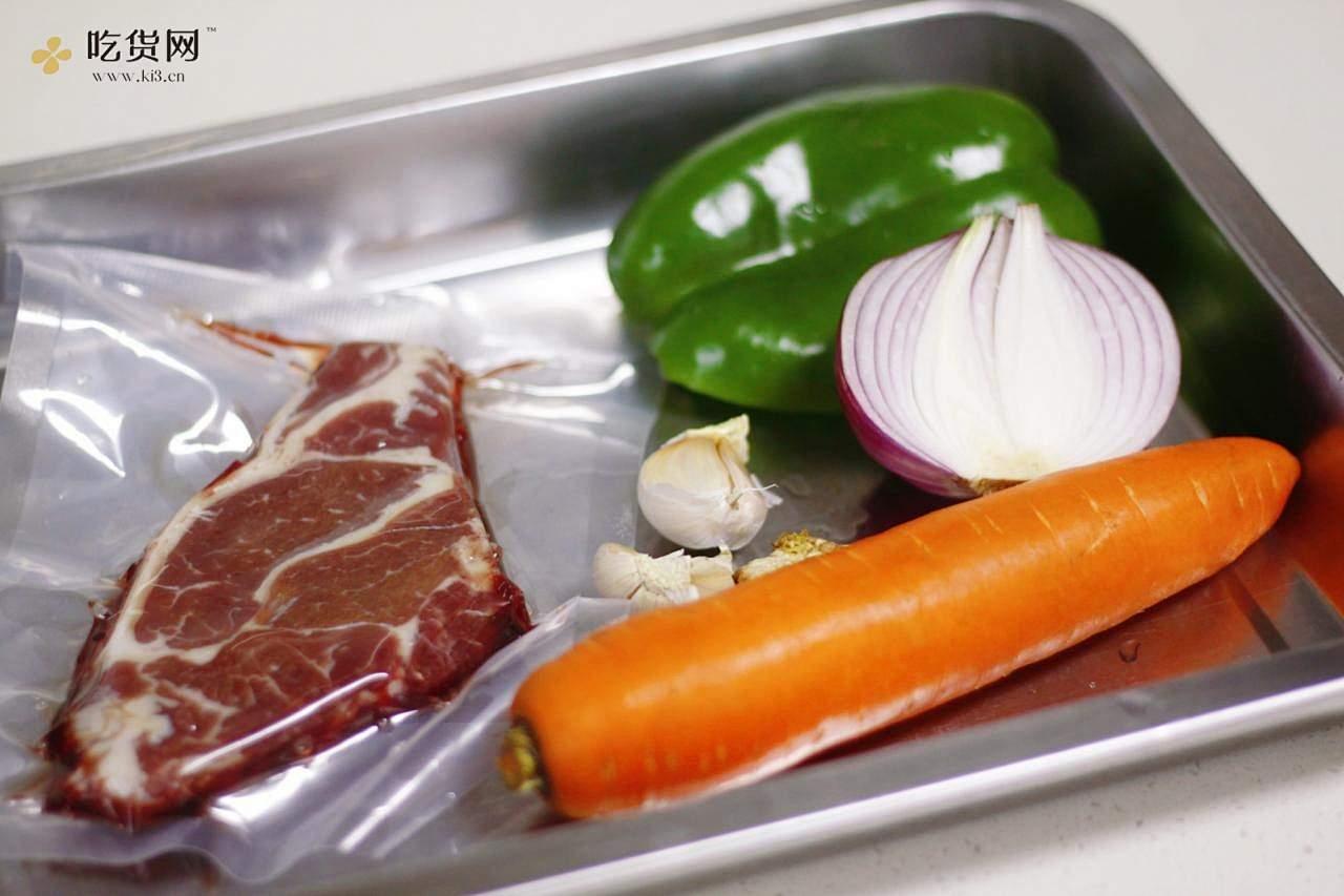 洋葱胡萝卜炒牛柳,我们的牛排这么吃的做法 步骤1