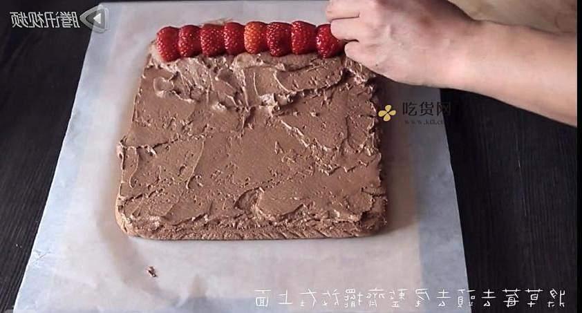 巧克力草莓蛋糕卷的做法 步骤13