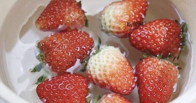 草莓雪人冰糖葫芦的做法 步骤2