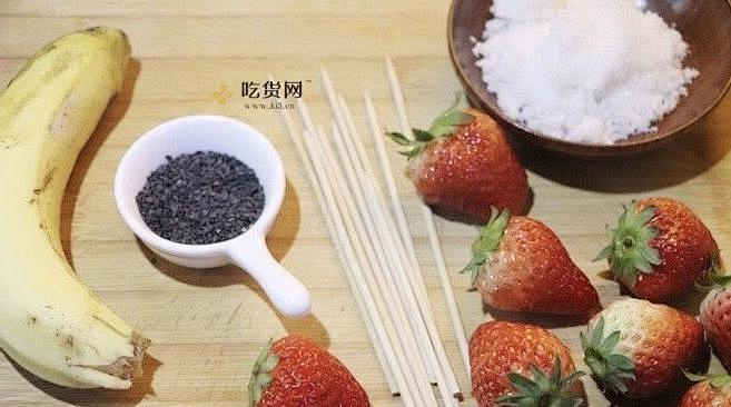 草莓雪人冰糖葫芦的做法 步骤1