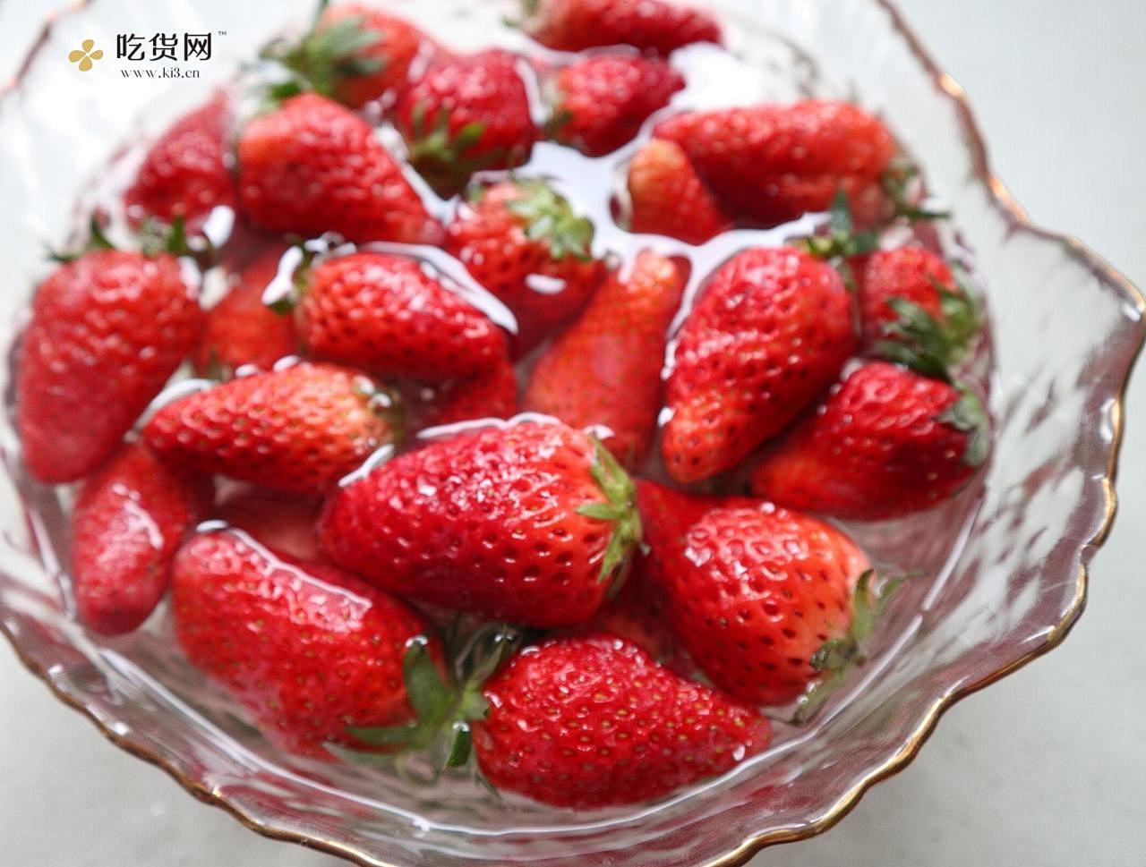 抓住草莓季的尾巴❗️自制草莓奶盖牛乳的做法 步骤1