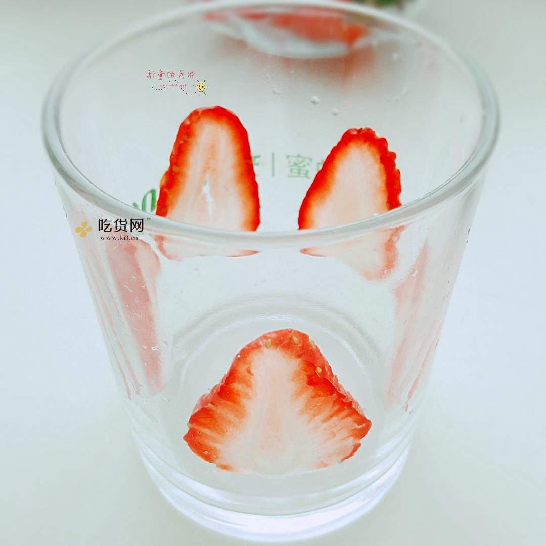 草莓坚果麦片酸奶杯的做法 步骤3