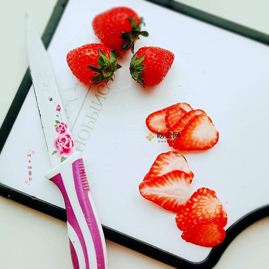 草莓坚果麦片酸奶杯的做法 步骤2