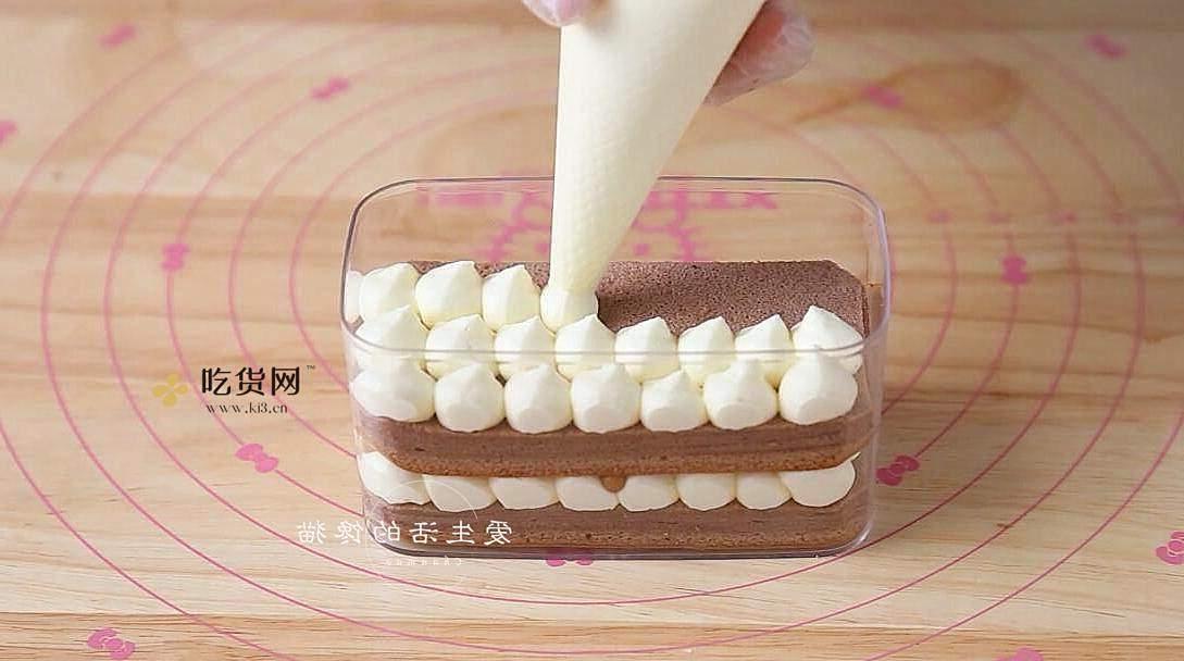 治愈系美食:草莓盒子蛋糕的做法 步骤8
