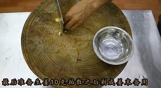 """厨师长教你:""""糖醋排骨""""的传统做法,口感丰富细腻的做法 步骤6"""