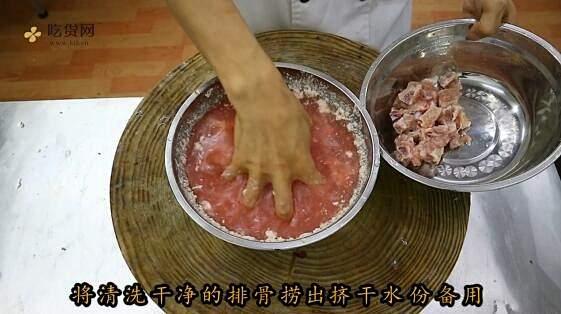 """厨师长教你:""""糖醋排骨""""的传统做法,口感丰富细腻的做法 步骤3"""