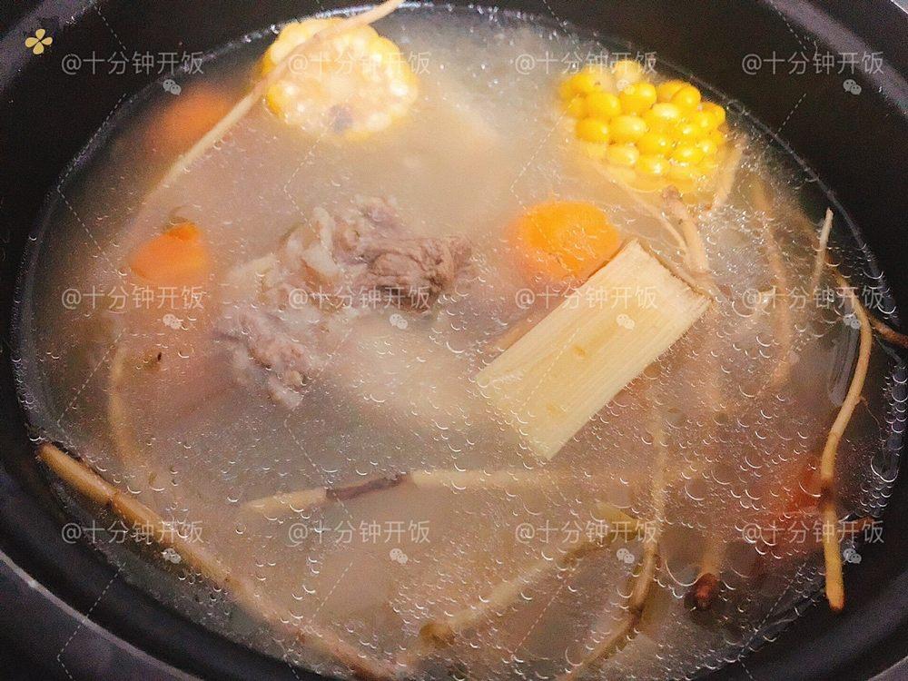 这份广东靓汤帮你清热解毒,消食除胀———甘蔗马蹄茅根骨头汤的做法 步骤8