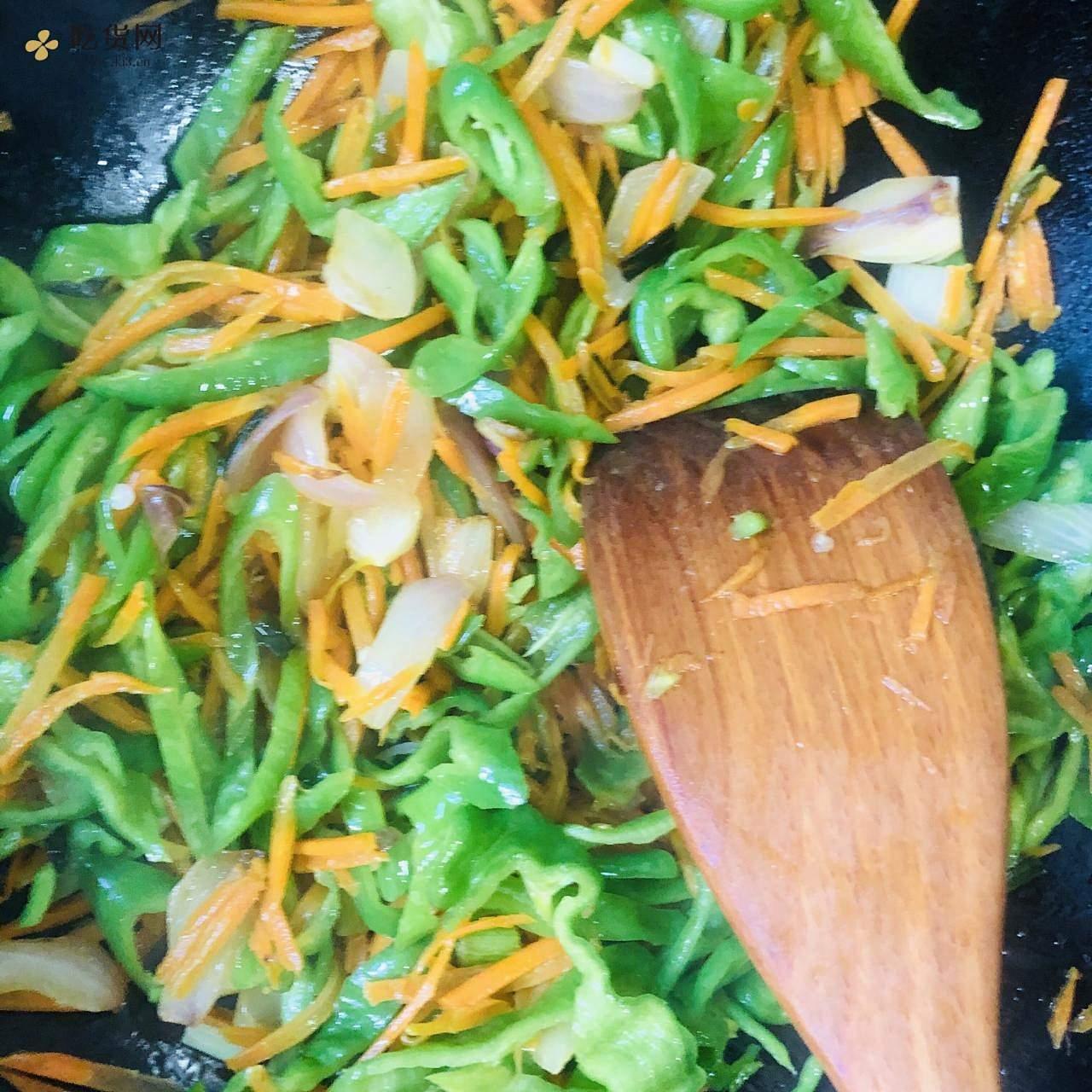 减肥餐-红萝卜炒青椒的做法 步骤9