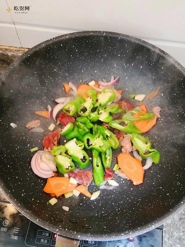 减肥餐辣椒红萝卜炒牛肉的做法 步骤4