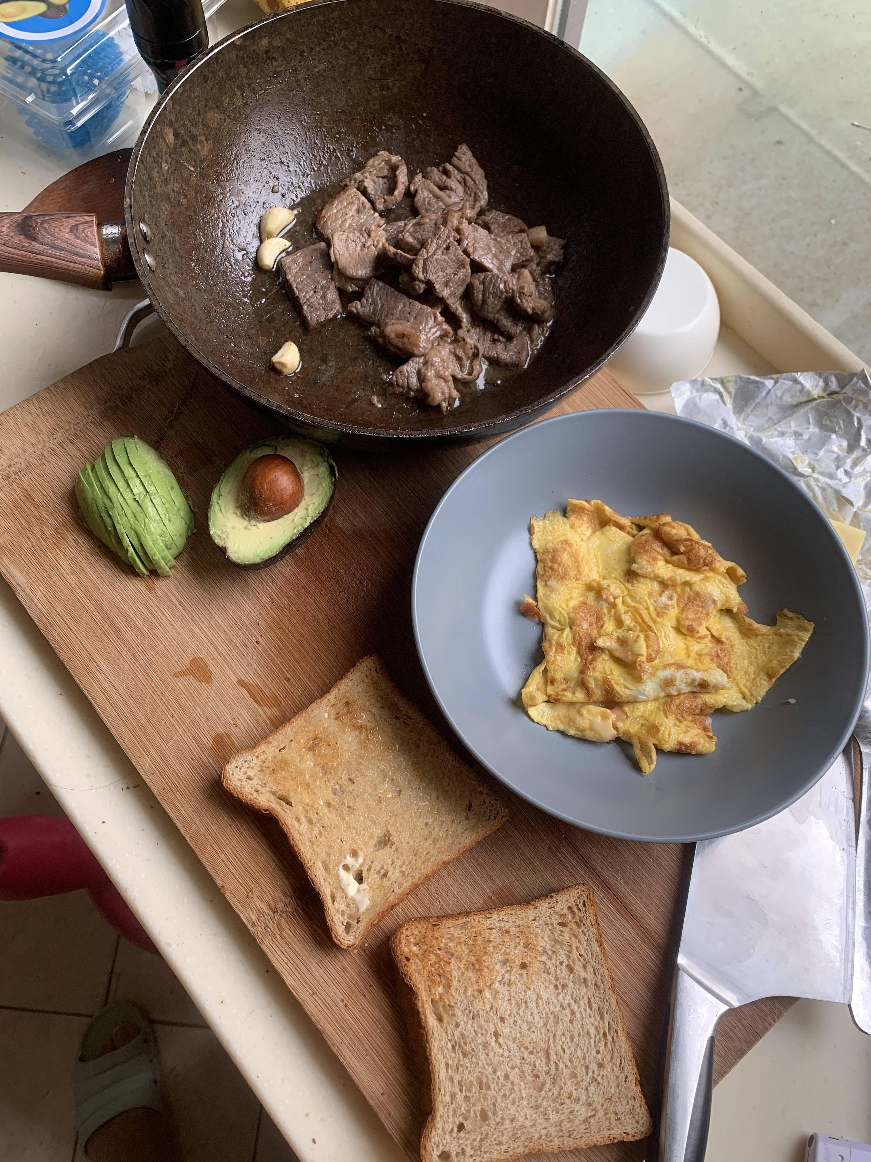 ⚠️超香警告⚠️芝士厚蛋牛油果牛排三明治的做法 步骤5