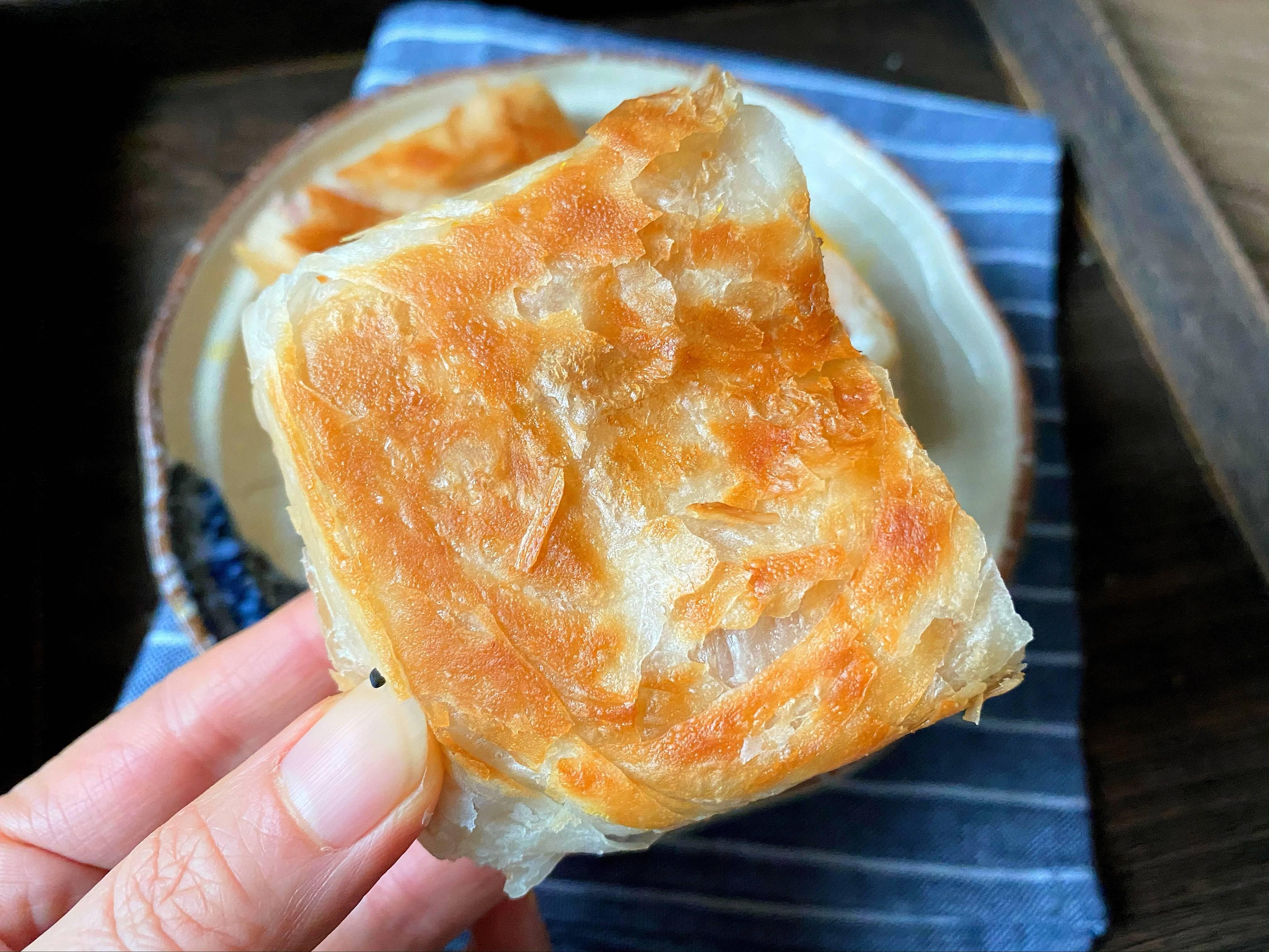 5分钟就能搞定的手抓饼早餐,酥到掉渣~的做法 步骤7