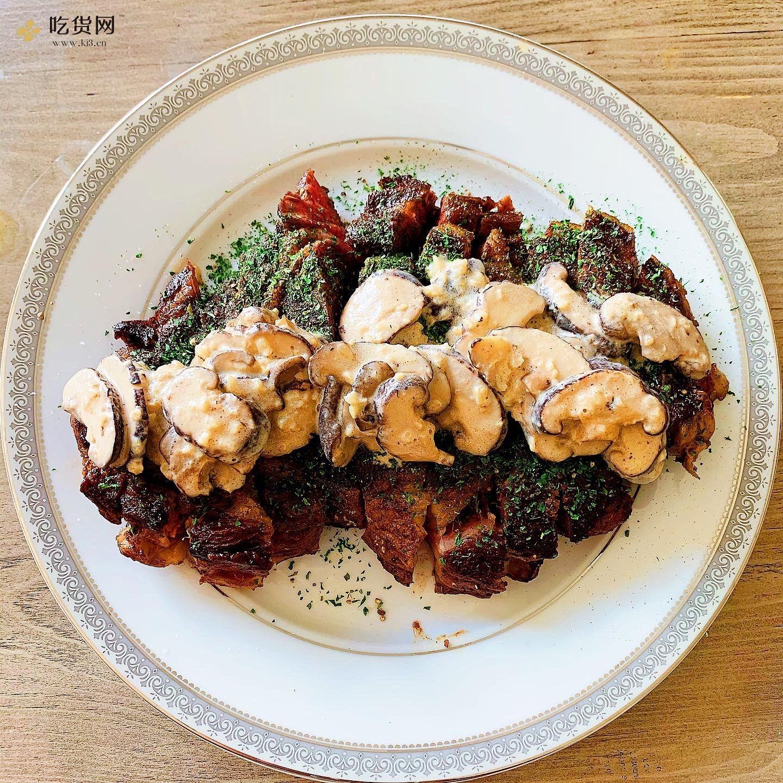 眼肉牛排配奶油蘑菇酱(Ribeye Steak with Mushroom Sauce)的做法 步骤4