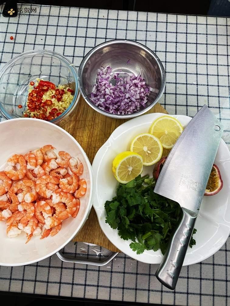 【泰式酸辣柠檬虾】做法简单,酸辣爽口,虾肉Q弹,一口一个超过瘾!的做法 步骤1