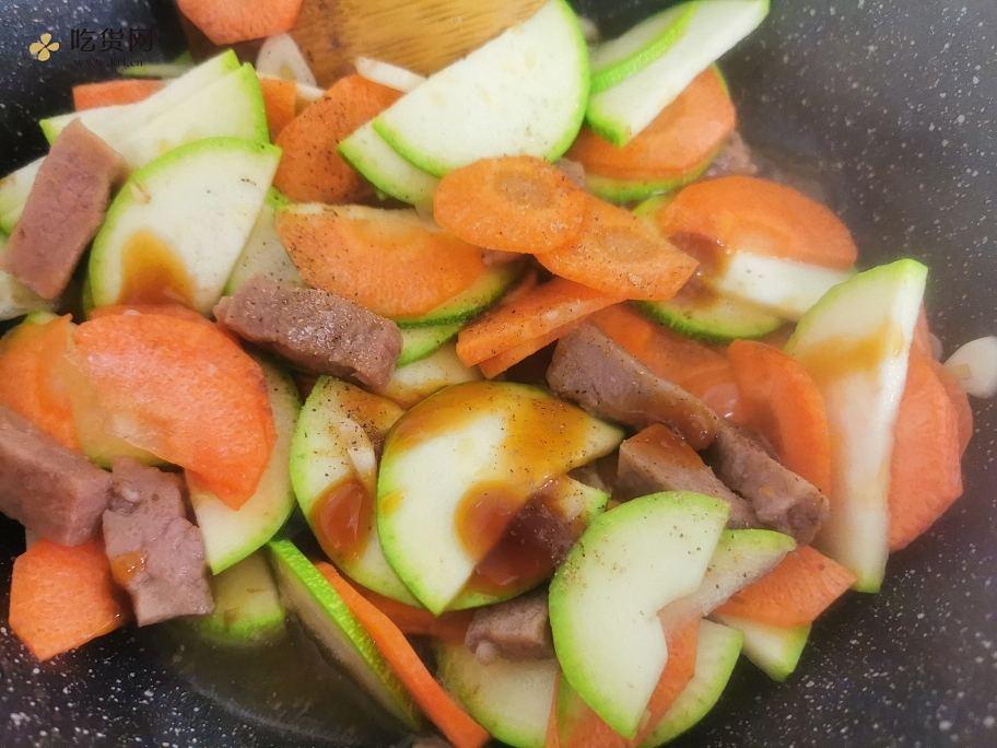 西葫芦胡萝卜烧牛排的做法 步骤4