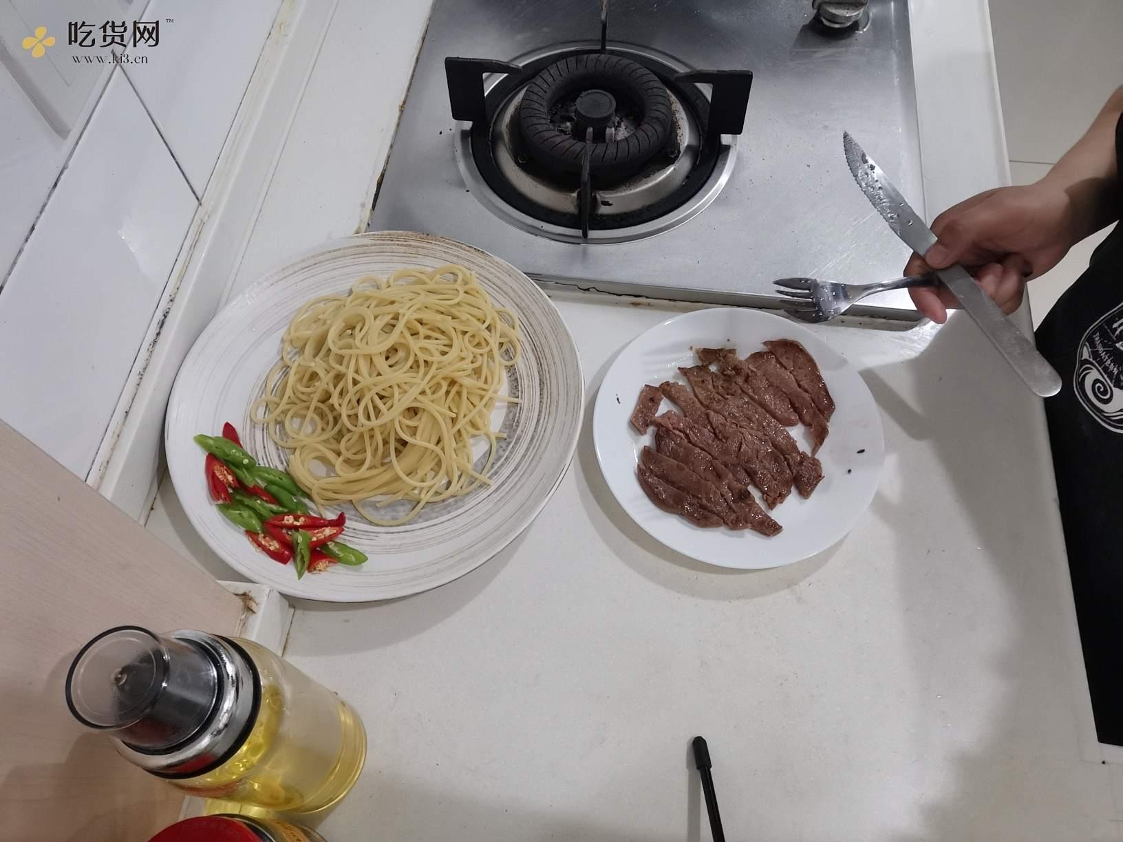 下班后快手黑椒牛柳意面,不用去西餐厅的做法 步骤4