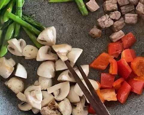 超简单👩💼减脂餐便当🍱芦笋蘑菇煎牛排的做法 步骤3