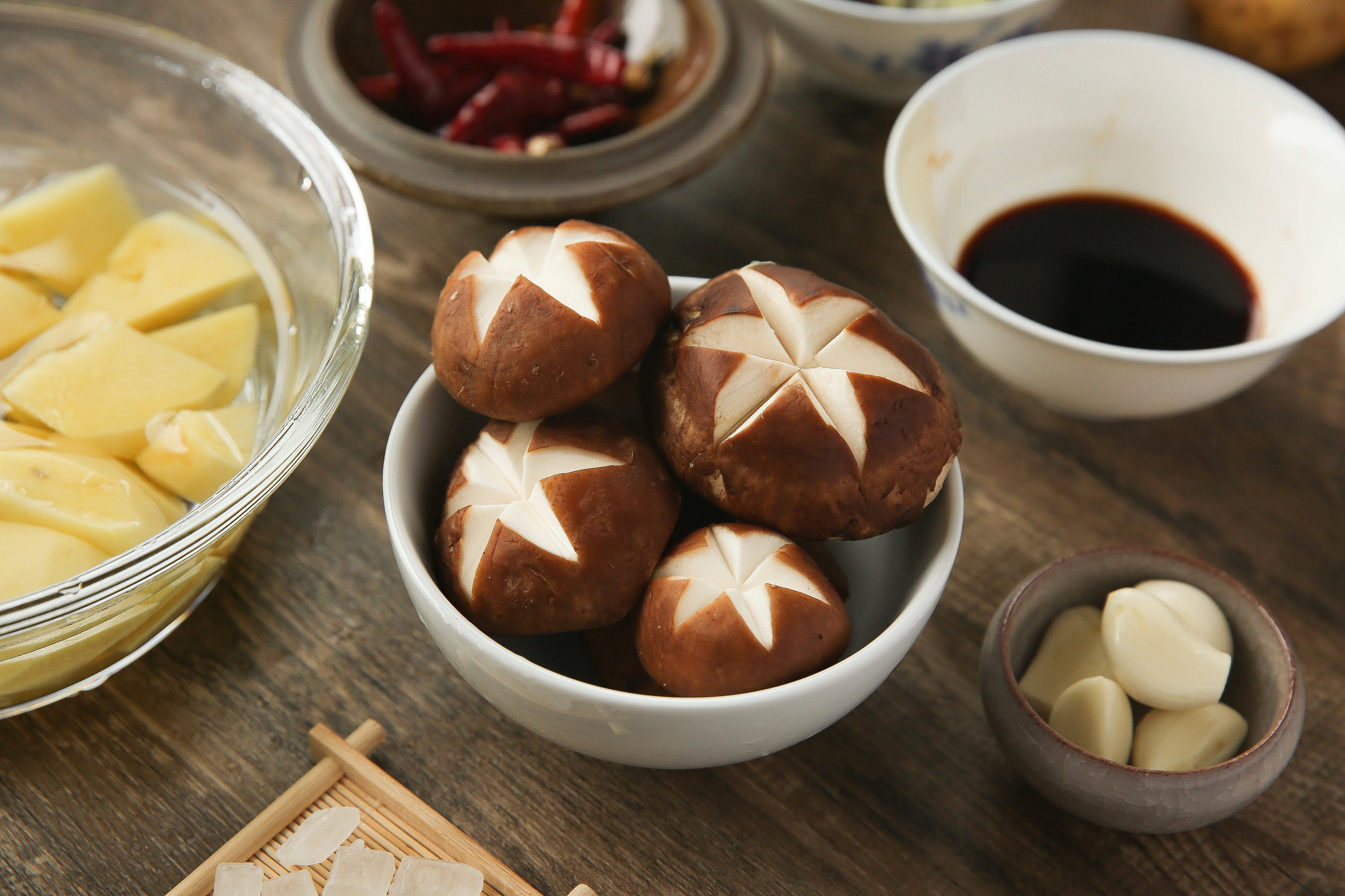 菌香土豆炖排骨,这样做味道更鲜香的做法 步骤5