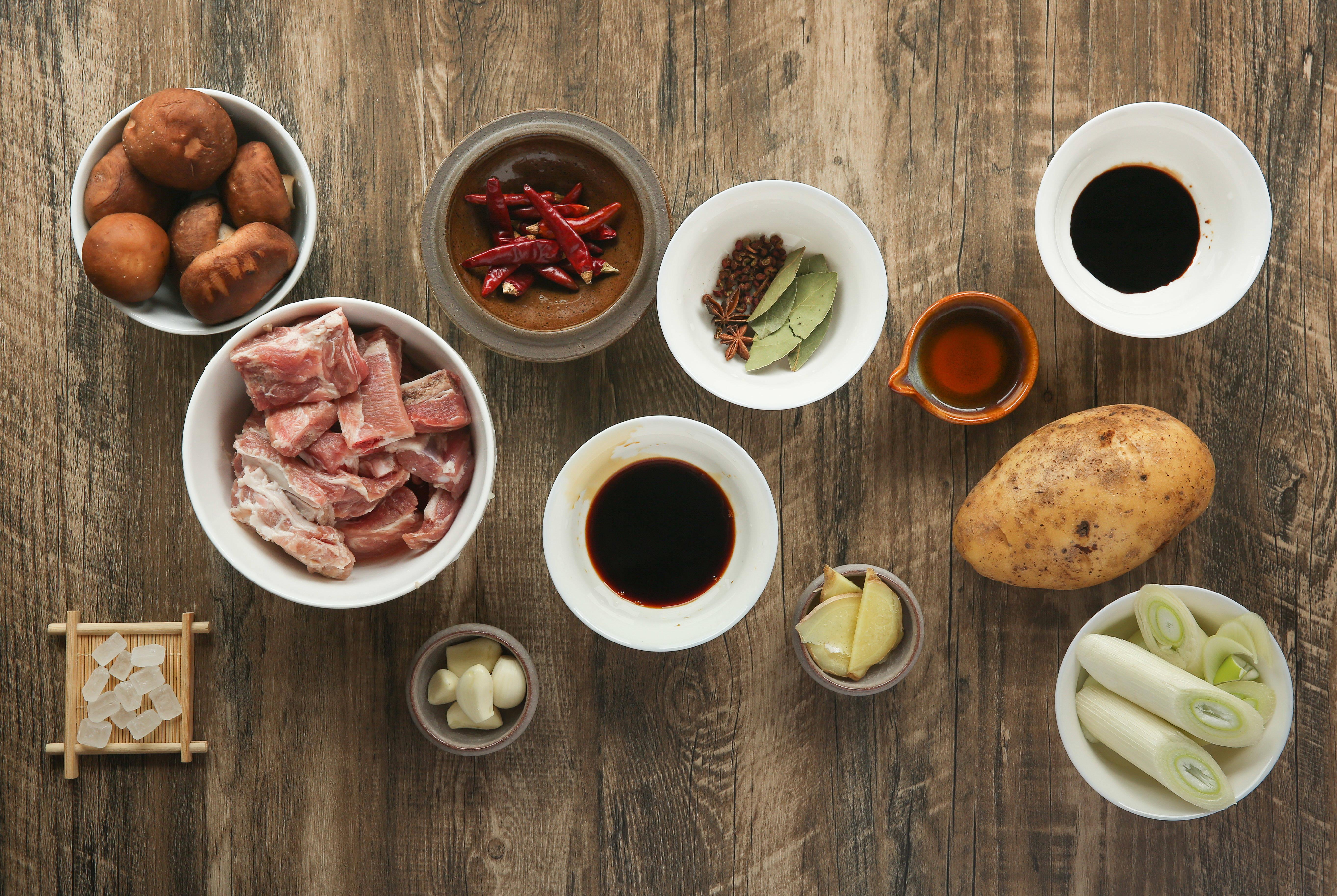 菌香土豆炖排骨,这样做味道更鲜香的做法 步骤1