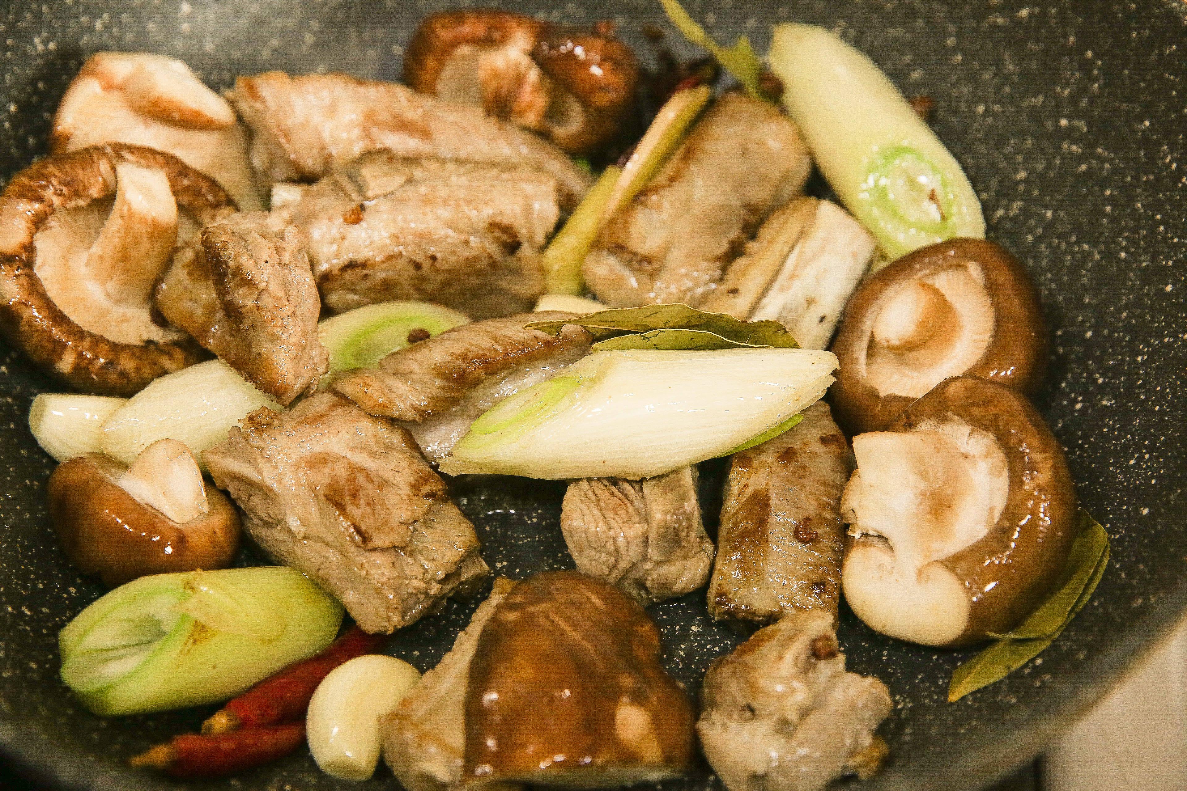 菌香土豆炖排骨,这样做味道更鲜香的做法 步骤9