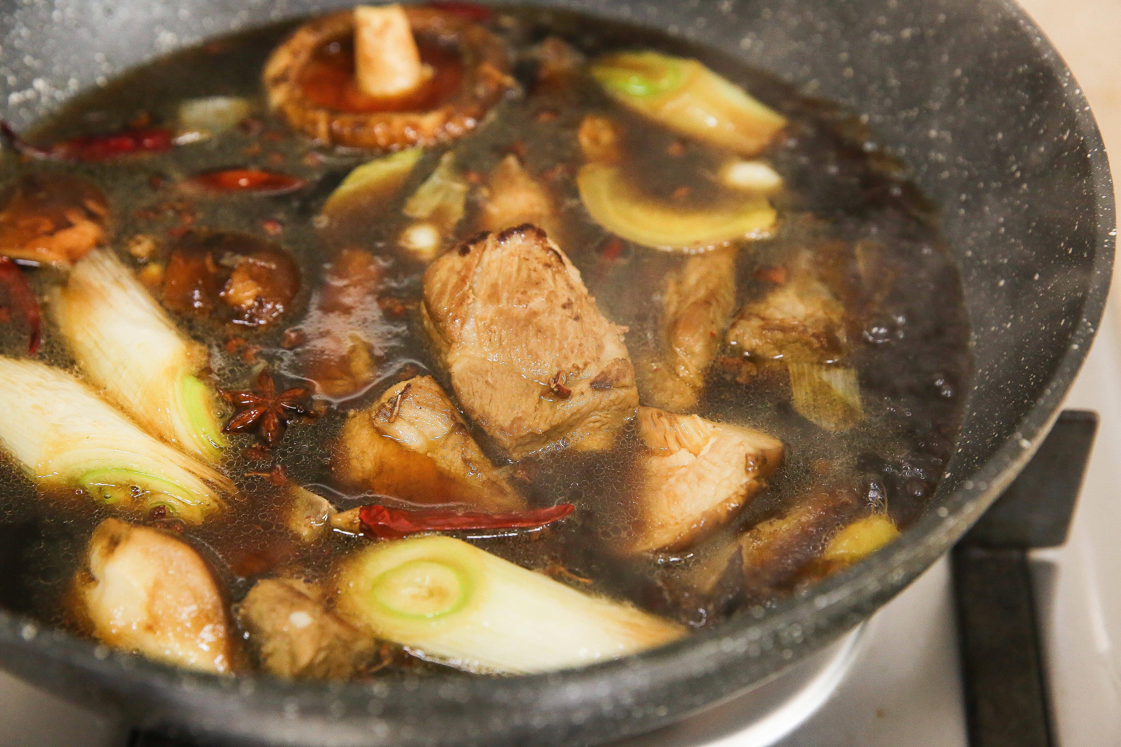 菌香土豆炖排骨,这样做味道更鲜香的做法 步骤10