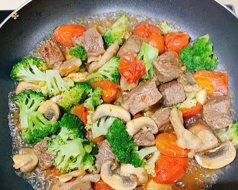 牛排烩西兰花蘑菇小番茄的做法 步骤4