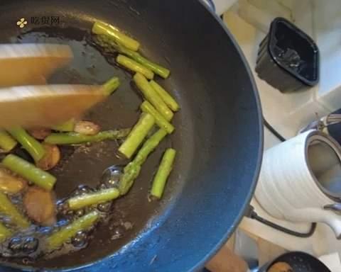 煎牛排佐芦笋&口蘑的做法 步骤5