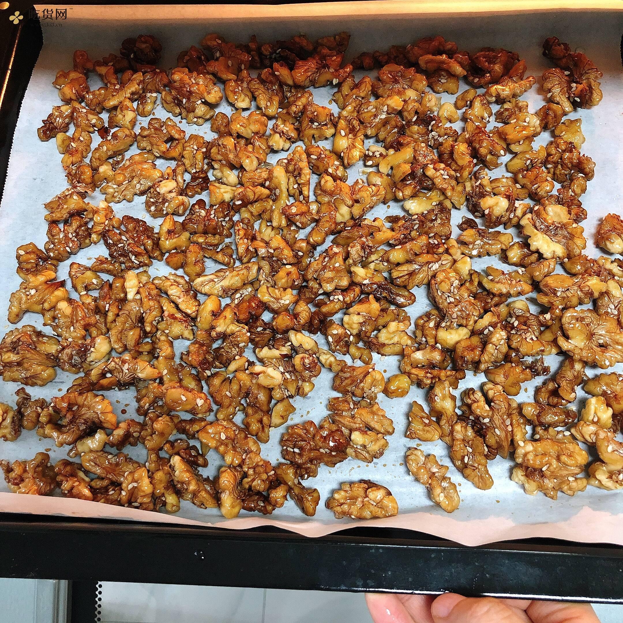 厨房小白也能制作的快手零食👉蜂蜜芝麻核桃仁的做法 步骤5