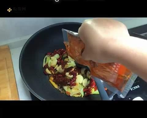 麻辣虾尾的做法 步骤3