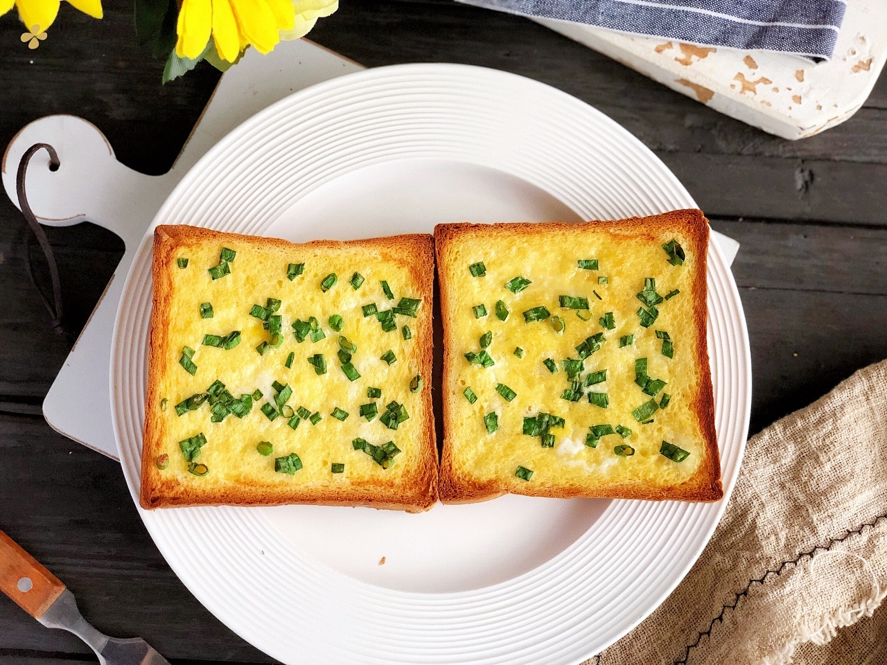 吐司片的一百种吃法之香葱鸡蛋吐司片,10分钟快手早餐,咸香酥脆的做法 步骤9