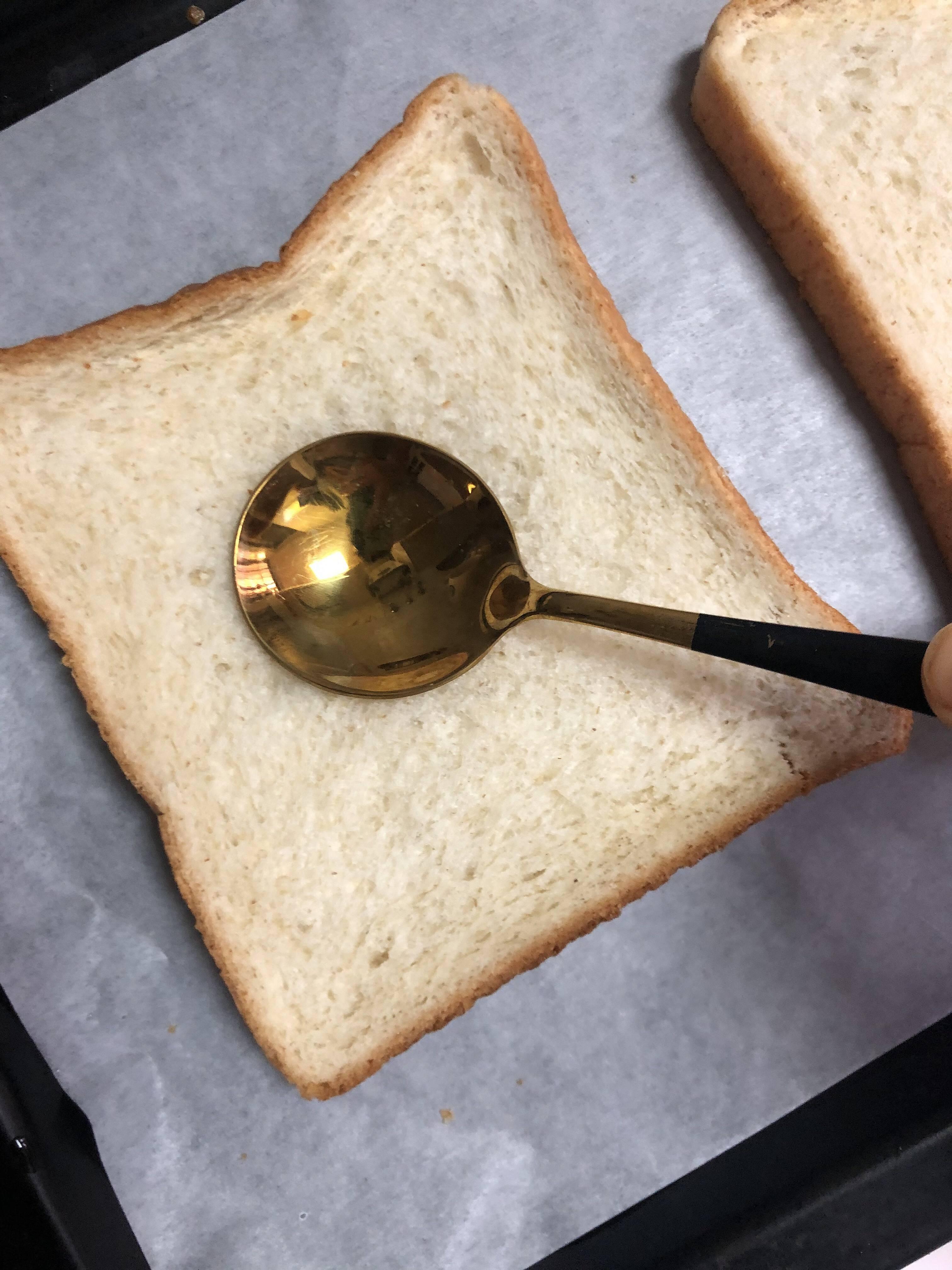 吐司太阳蛋(10分钟快手早餐)的做法 步骤2