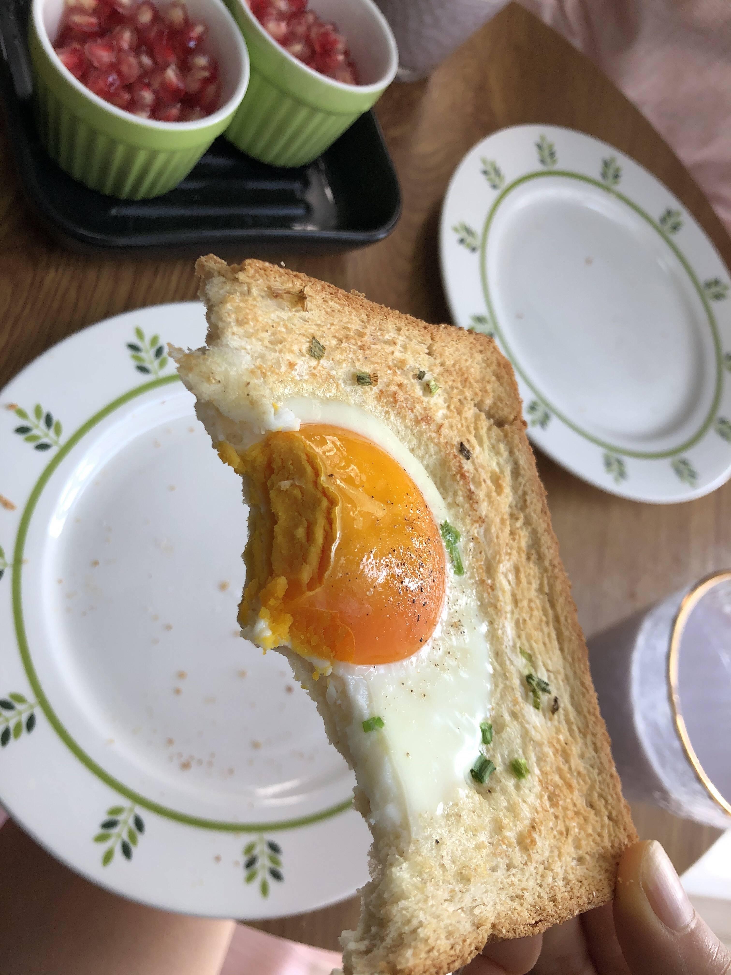 吐司太阳蛋(10分钟快手早餐)的做法 步骤6