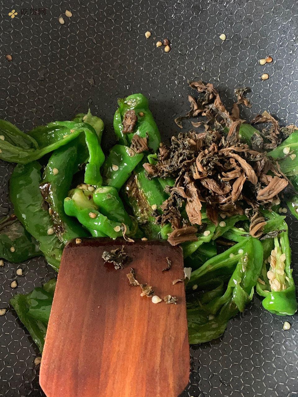 梅干菜虎皮青椒的做法 步骤5